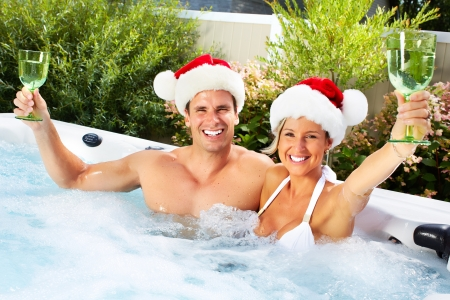 Happy Christmas Santa Paar im Whirlpool. Urlaub.