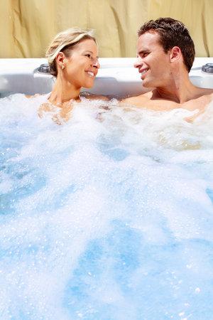 Gelukkige paar ontspannen in de hot tub. Vakantie. Stockfoto