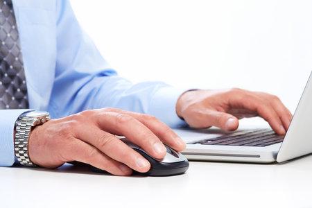 Handen van de zakenman met laptop. Technologie en internet.