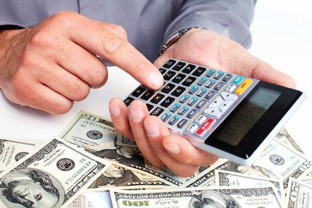 Hand met een rekenmachine. Geld besparen concept.
