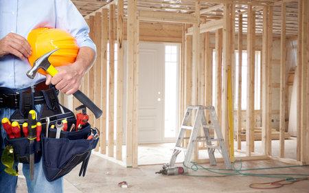 Handyman mit einem Werkzeug Gürtel. Haus Renovierung Service.