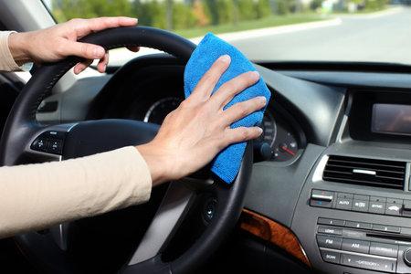 Main avec chiffon microfibre voiture de nettoyage.