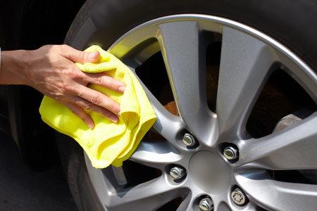 Mano con el coche paño de limpieza de microfibra.