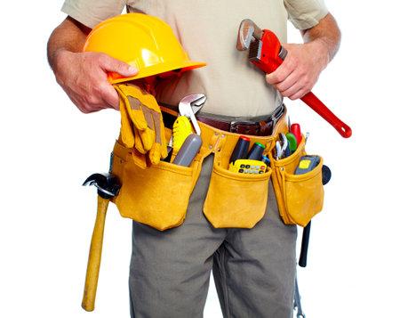 Bricoleur avec une ceinture à outils. Isolé sur fond blanc.