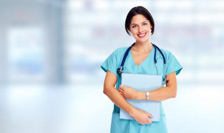 청진기 건강 관리와 함께 웃는 가족 의사 여자 스톡 콘텐츠