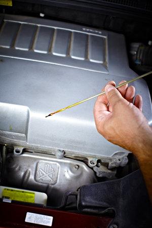 자동차 정비공 차고에서 작업. 수리 서비스를 제공합니다. 스톡 콘텐츠 - 21884192