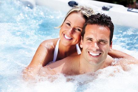幸せなカップルの休暇のホットタブでリラックス 写真素材