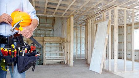 Handyman met een tool gordel Huis renovatie dienst Stockfoto