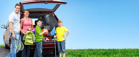Gelukkige familie dichtbij nieuwe auto Camping concept achtergrond