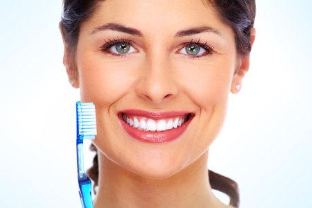 Mujer hermosa con el cepillo de dientes. Fondo de atención dental. Foto de archivo - 22096251