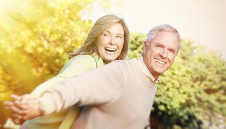 편안한 공원에서 행복 한 고위 커플