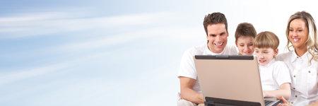 Familia con la computadora portátil La informática concepto de fondo