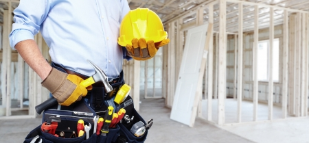 Manitas con un cinturón de herramientas. Servicio de Renovación de la casa. Foto de archivo