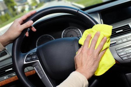 Main avec la voiture de nettoyage de chiffon microfibre.