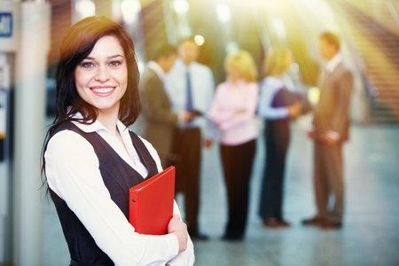 Bussinesswoman met rode tablet dan team achtergrond