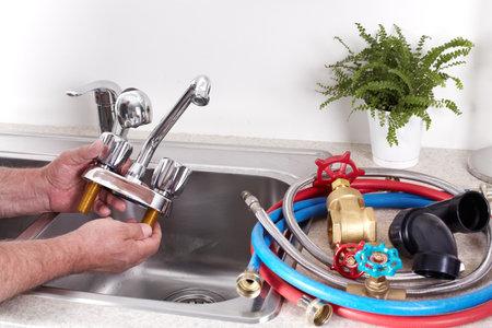 Manos de fontanero profesional con un grifo de agua Foto de archivo - 23200535