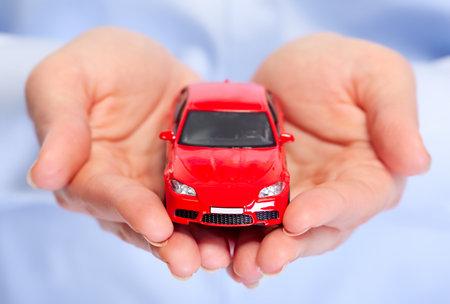 Hand met de auto. Auto dealer en verhuur concept achtergrond. Stockfoto