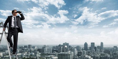 Business-Mann mit einem Fernglas ausspioniert Konkurrenten Standard-Bild - 23487810