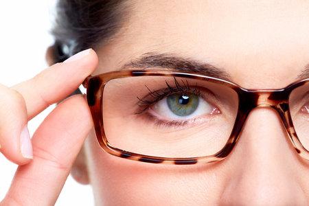 Brillen. Vrouw draagt een bril. Optometrist achtergrond.