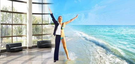 해피 비즈니스 여자 해변에서 휴가