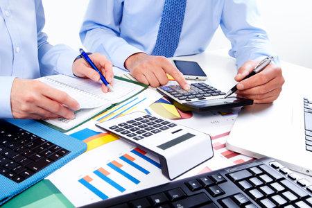 Overhandigen met rekenmachine. Financiën en boekhoudkundige zaken.