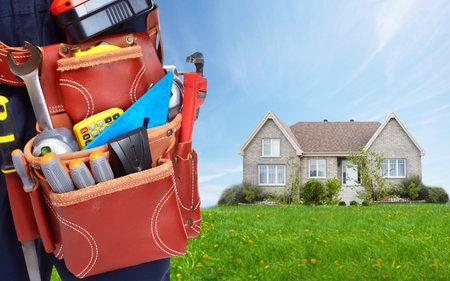 Werknemer met een tool gordel. Bouw en renovatie van woningen concept.