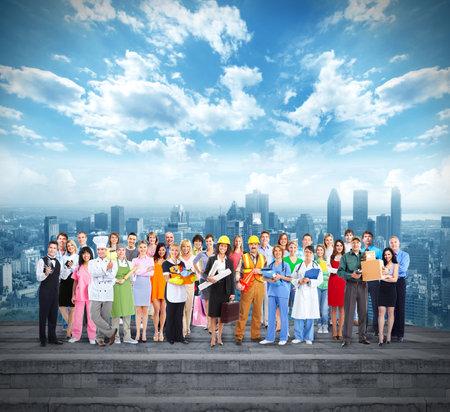 Gruppe von Beschäftigten Menschen über städtischen Hintergrund