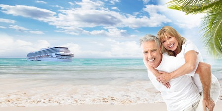 Happy Senior Paar am Strand Urlaub Standard-Bild - 27854134