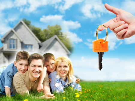 Famille heureuse près de nouvelle maison. Banque d'images