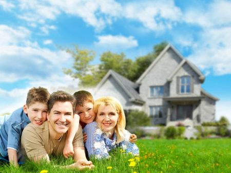 Famille heureuse près de la nouvelle maison.