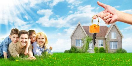 Szczęśliwa rodzina w pobliżu nowego domu. Zdjęcie Seryjne