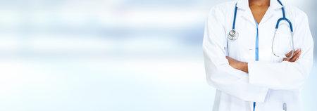Femme médecin noire afro-américaine sur fond bleu. Banque d'images - 34975436
