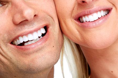 美しい女性と男性の笑顔。歯の健康の背景。
