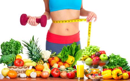 女性は彼女の体を測定します。食事と健康的な栄養。