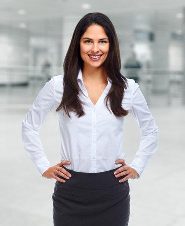 Jeune femme d'affaires souriant dans le bureau moderne