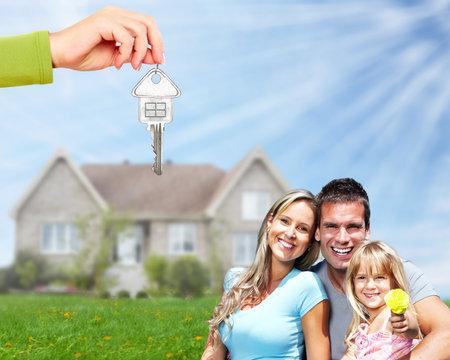 Family near new house. 免版税图像 - 35507866