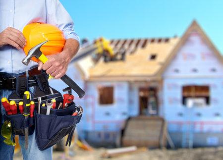 Travailleur de la construction avec un marteau et outils. Banque d'images - 35517370