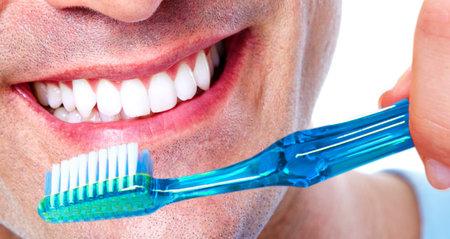 歯ブラシで歯。