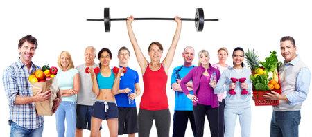 Gruppe von sportlichen Menschen mit Obst Gemüse.