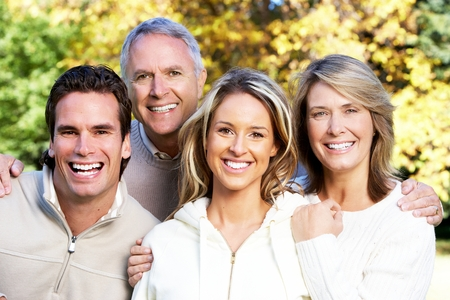 Gelukkig gezin in het park.