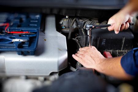 Mechanic working in auto repair garage Zdjęcie Seryjne