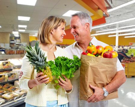 Elderly couple with vegetables. Zdjęcie Seryjne