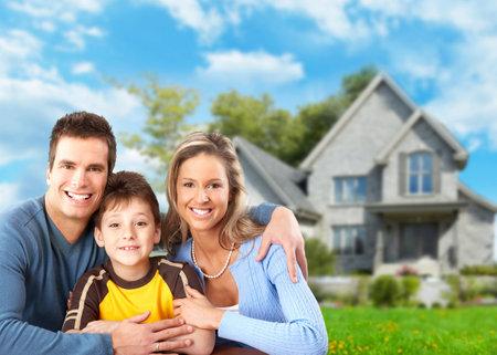 Famille près de nouvelle maison. Banque d'images - 36897302
