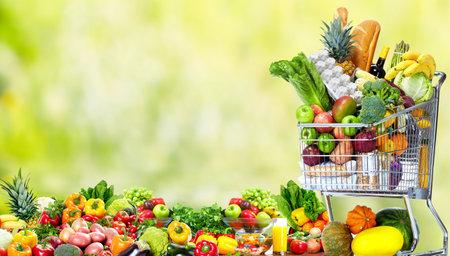 野菜と果物のショッピングカート。 写真素材