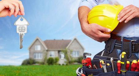 Bouwer klusjesman met de bouw gereedschappen.