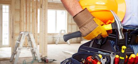 Builder tuttofare con strumenti di costruzione. Archivio Fotografico - 38591112