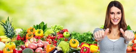과일 및 야채와 함께 여자.