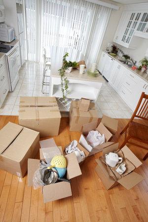새 집에 상자를 이동. 스톡 콘텐츠 - 38592569
