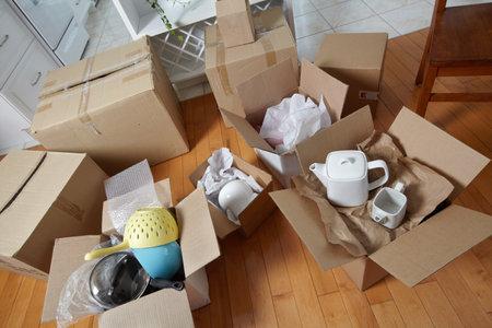 새 집에 상자를 이동. 스톡 콘텐츠