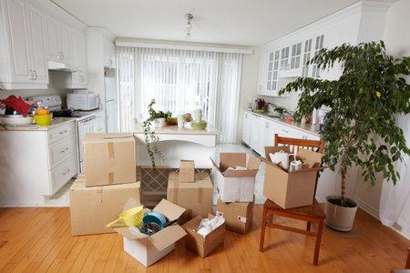 Boîtes de déménagement dans une nouvelle maison.